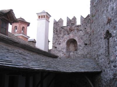 Img_3289_courtyard_walls