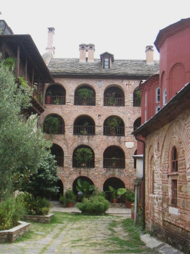 03-10 Koutloumousiou  courtyard