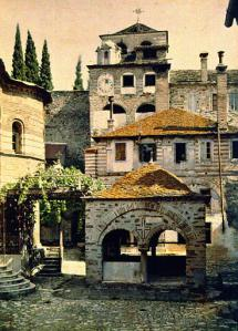 chil courtyard dicht bij kerk klok